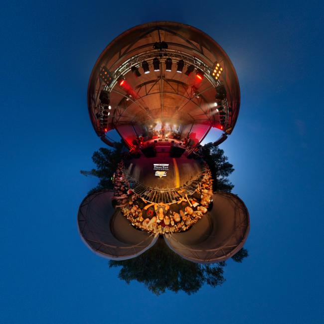 Dies ist ein Little Planet Bild auf Basis eines 360° Fotos von Stefan Klenke vom Konzert der Rammstein-Cover-Band Stahlzeit im Familiengarten Eberswalde am 23.8.2020