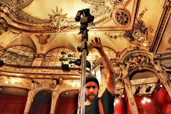 Der Berliner 360° Fotograf und Medienproduzent Stefan Klenke bei Aufnahmen im Berliner Ensemble im Theater am Schiffbauer Damm